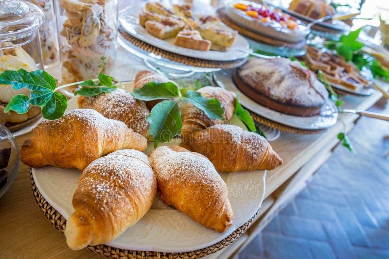 Pâtisseries et pain italiens pour les casse-croûte et le petit déjeuner avec le fruit photographie stock