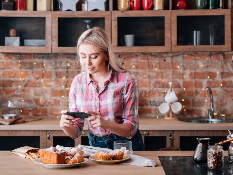 Pâtisseries faites maison bloguantes de gâteaux de passe-temps de femme de nourriture photos stock