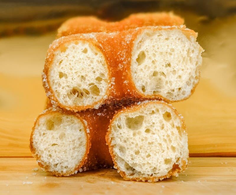 Pâtisseries molles arrosées avec du sucre dans une cuvette photographie stock libre de droits