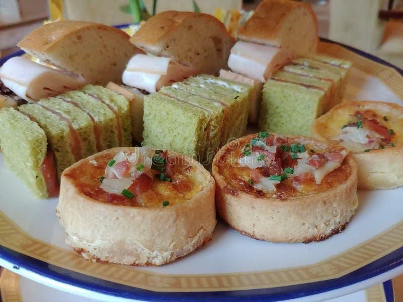 Pâtisseries salées dans le thé d'après-midi anglais de style photographie stock