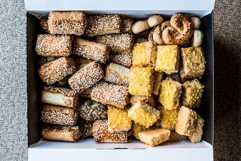 Pâtisseries salées turques avec la farine de maïs dans la boîte image stock