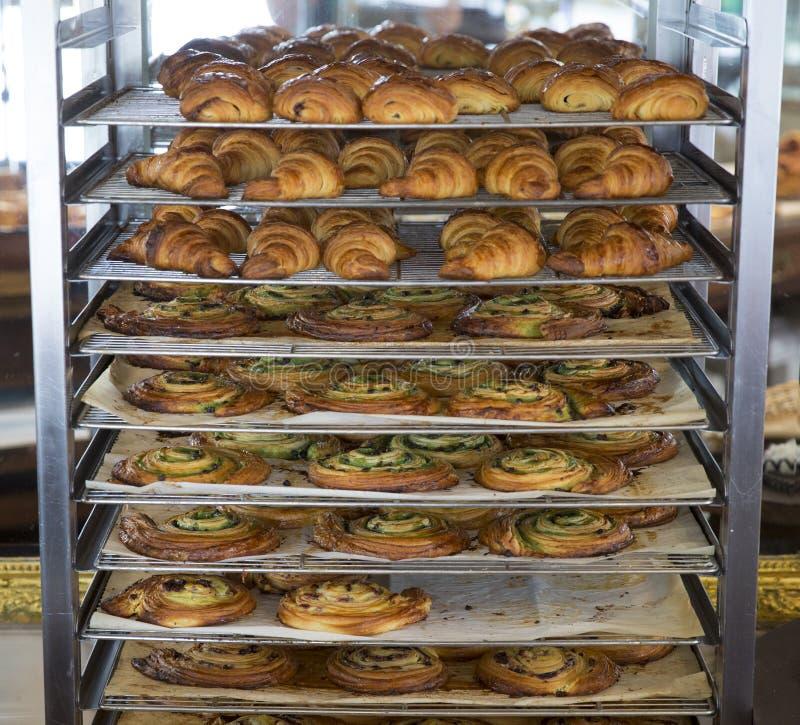Pâtisseries se refroidissant sur un support de boulangerie photo stock