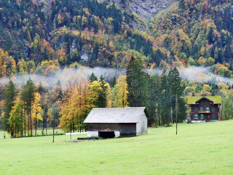 Pâturages et fermes d'automne dans la vallée du lac Klontalersee ou dans la vallée de Klontal photographie stock