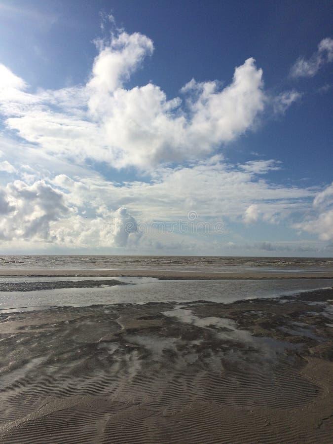 Päenu strand med himlen som är full av moln royaltyfri bild