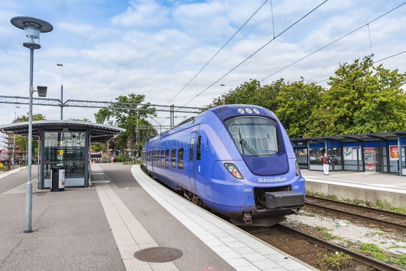 PÃ¥gatÃ¥g ankommande Ystad för blått interurban drev station arkivbild