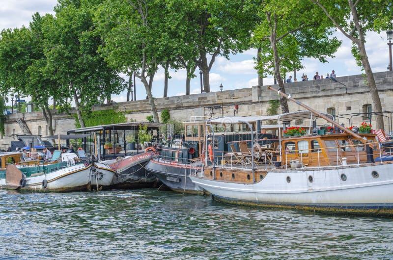 Péniches - casas flutuantes do Seine River fotografia de stock royalty free