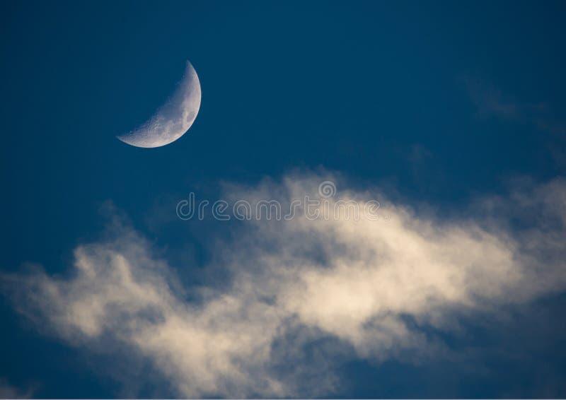 Półksiężyc księżyc i Wispy chmury zdjęcia royalty free