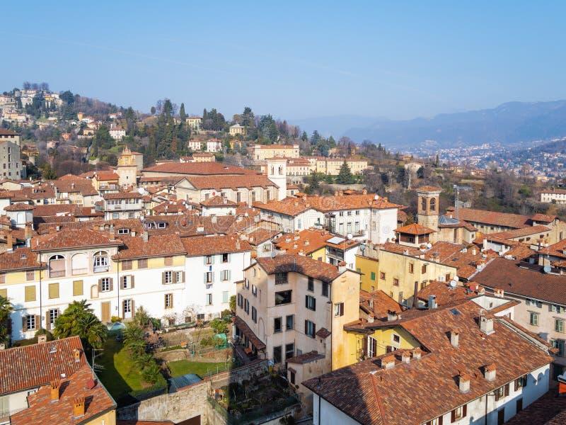 północ Bergamo miasto z Kościelnym Sant Agat obraz stock