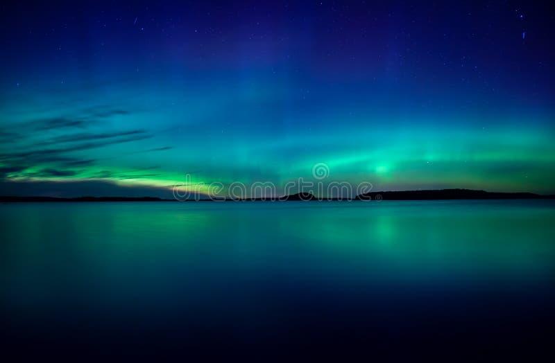 Północni światła tanczy nad jeziorem obraz royalty free