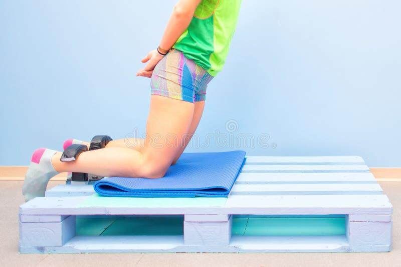 Północny ścięgna ćwiczenie na barłogu przy gym zdjęcie royalty free