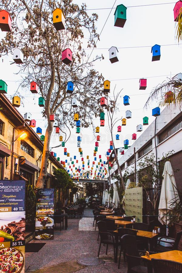 Północny Nikozja, Turecka republika Północny Cypr, Luty - 27, 2019: Jaskrawa kawiarnia z pięknym wystrojem w północy obraz stock