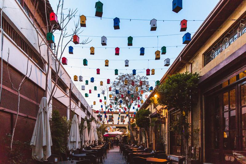 Północny Nikozja, Turecka republika Północny Cypr, Luty - 27, 2019: Jaskrawa kawiarnia z pięknym wystrojem w północy zdjęcia stock