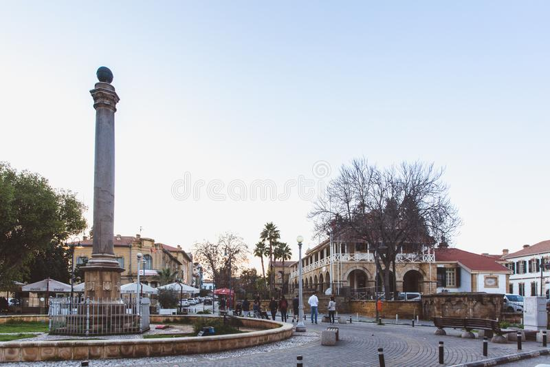 Północny Nikozja, Turecka republika Północny Cypr, Luty - 27, 2019: Wenecka kolumna przy Sarayonu kwadratem w północy obraz stock