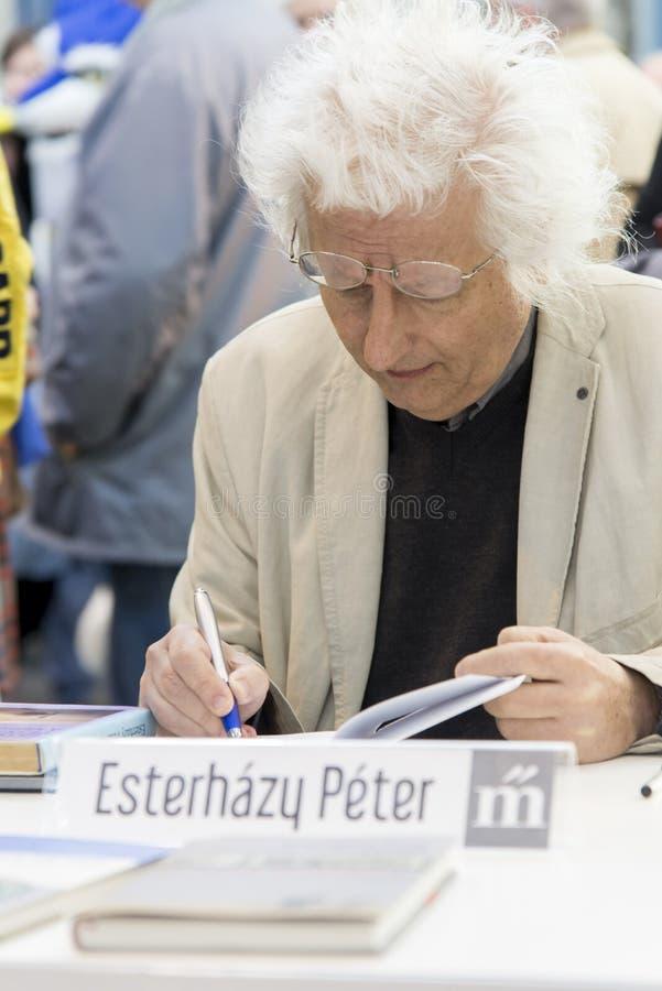 Péter Esterhà ¡ zy - διάσημος ουγγρικός συγγραφέας που αφιερώνει τα βιβλία του στοκ εικόνες