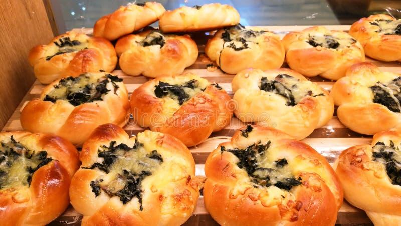 Pães da manteiga da carne para o café da manhã da manhã na loja e no café do bekery foto de stock