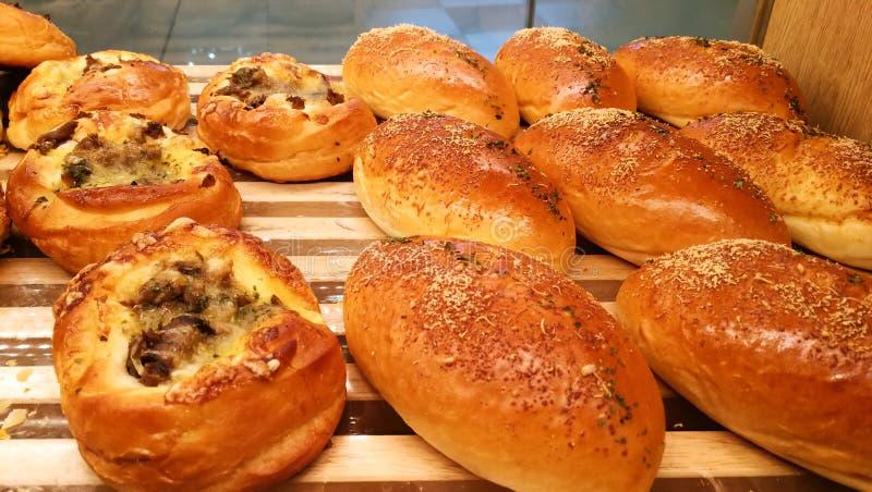 Pães da manteiga da carne para o café da manhã da manhã na loja e no café do bekery fotos de stock royalty free