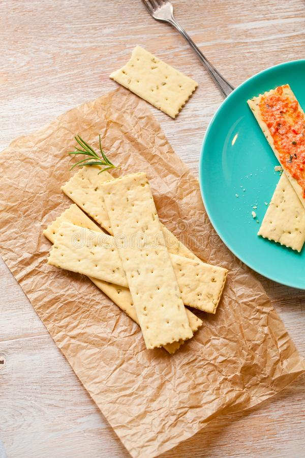 Pães estaladiços com pasta cortada fresca dos salmões na placa da ardósia, vista superior foto de stock