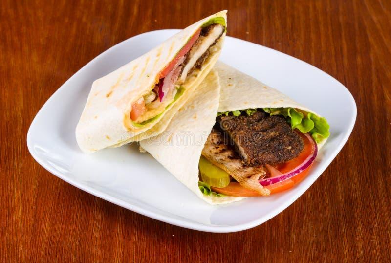 Pão árabe com carne imagens de stock