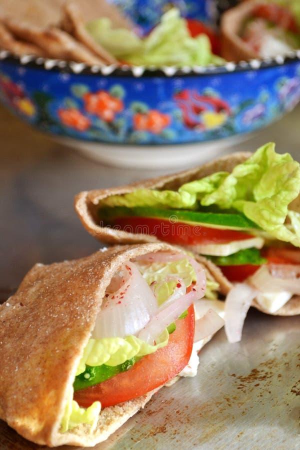 Pão árabe com vegetais, salada e queijo foto de stock