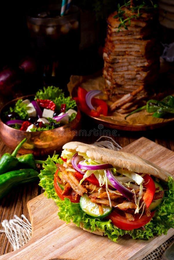Pão árabe crocante com carne grelhada dos giroscópios Vários vegetais e peixe-agulha foto de stock royalty free