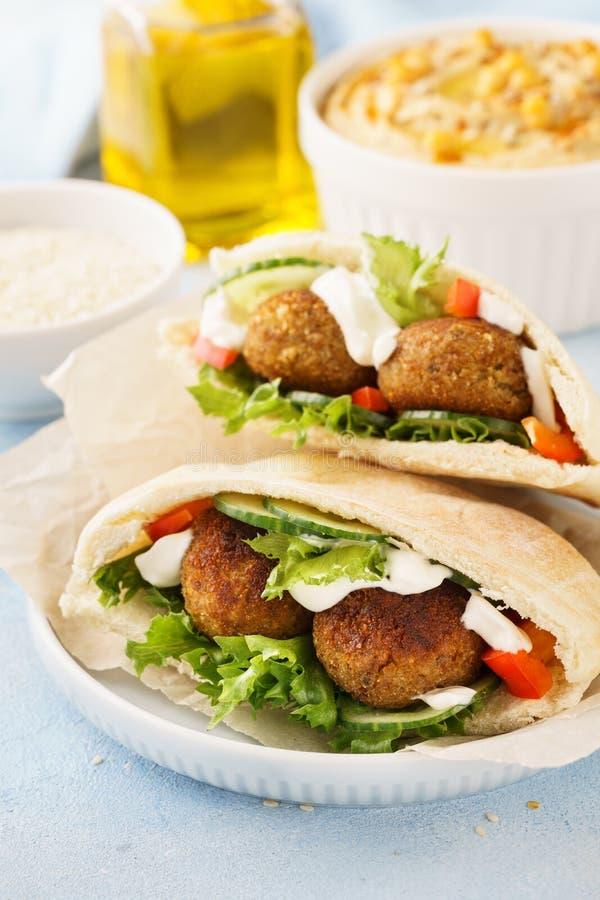 Pão árabe saudável do falafel do vegetariano com legumes frescos e hummus imagem de stock royalty free