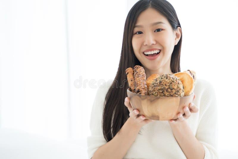 Pão asiático novo da mostra da mulher para o café da manhã foto de stock