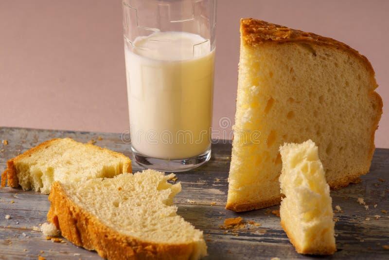 Pão branco caseiro e um vidro do leite imagem de stock royalty free