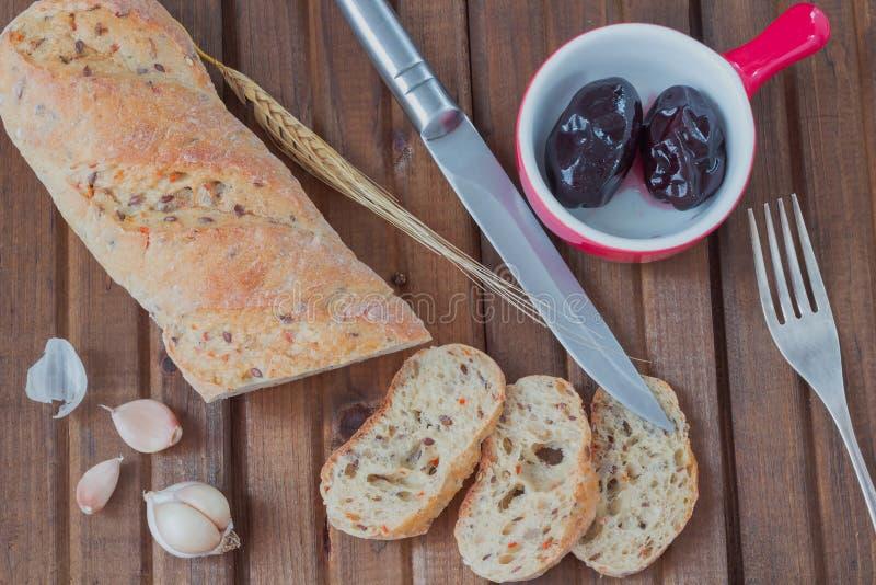 Pão branco com as sementes de girassol cortadas em partes fotos de stock royalty free