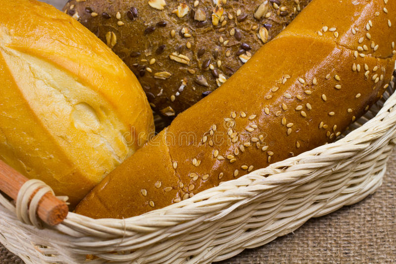 Pão branco na cesta de vime imagem de stock