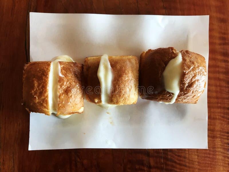 Pão brindado com leite e manteiga no Livro Branco imagens de stock