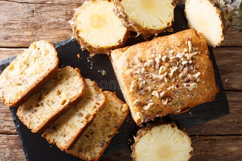 Pão caseiro delicioso do abacaxi com close-up das nozes horizo imagem de stock