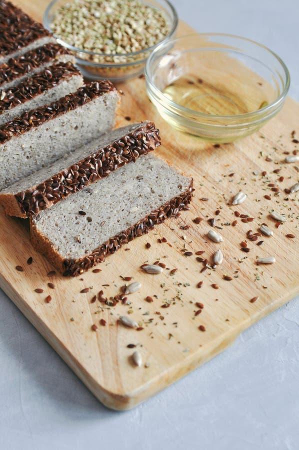 Pão caseiro do café da manhã saudável e apropriado no sourdough do trigo mourisco verde com sementes de linho, girassol Alimento  fotos de stock royalty free