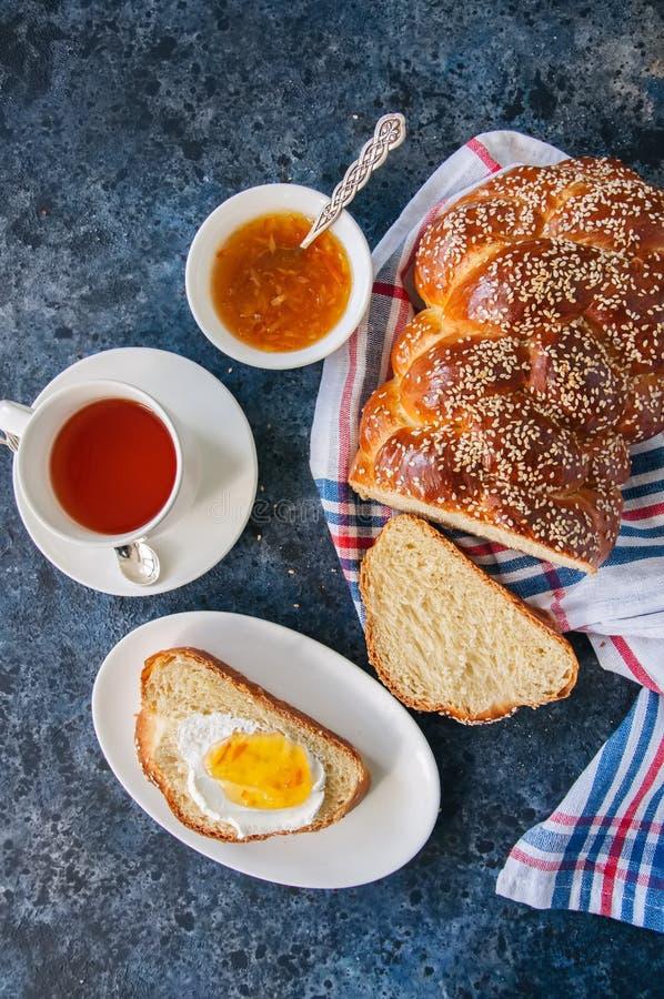 Pão caseiro do Chalá das sementes de sésamo, fatia de Chalá com doce foto de stock