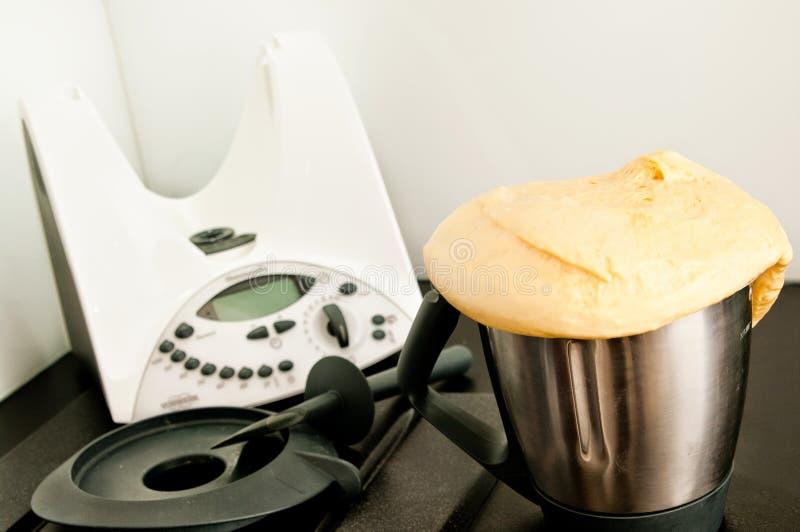 Pão caseiro do robô da cozinha imagens de stock royalty free