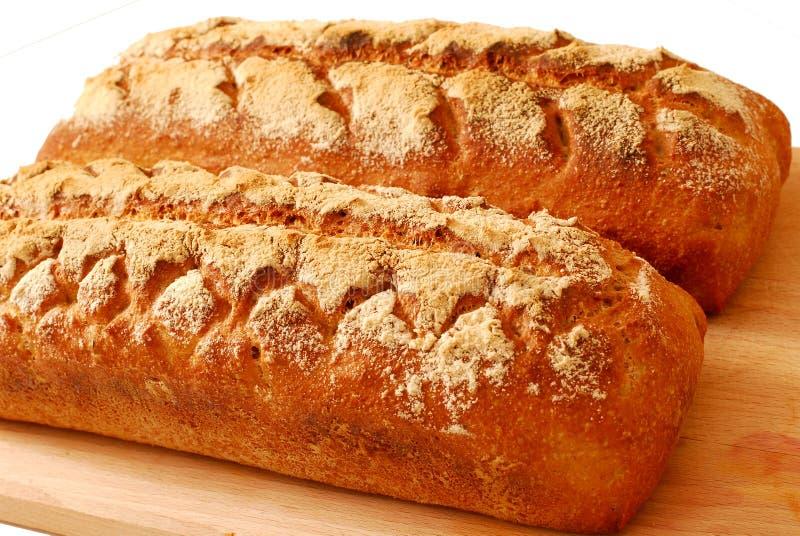 Pão caseiro do sourdough fresco isolado no fundo branco fotos de stock
