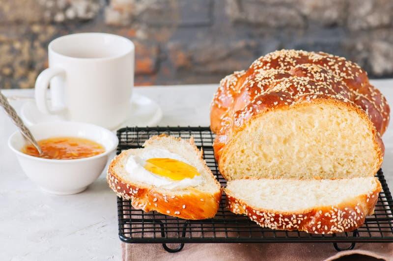 Pão caseiro em uma cremalheira de fio, doce alaranjado a do Chalá das sementes de sésamo fotos de stock royalty free