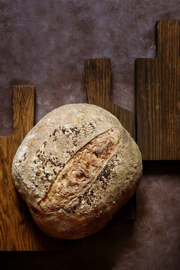 Pão caseiro francês torrado fresco em placas de madeira Pão na levedura imagens de stock