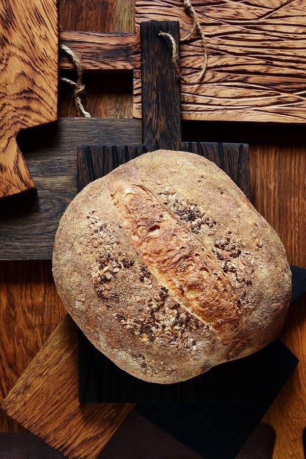 Pão caseiro francês torrado fresco em placas de madeira Pão na levedura fotos de stock royalty free