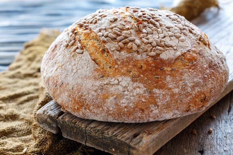 Pão caseiro inteiro com sementes de girassol foto de stock royalty free