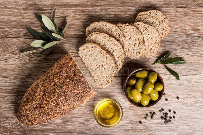 Pão com azeitonas e petróleo verde-oliva fotos de stock royalty free