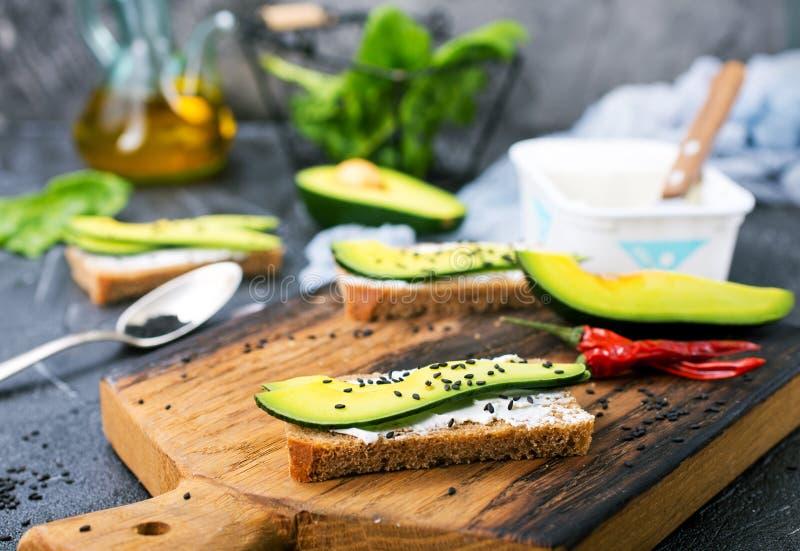 Pão com queijo e com abacate fotos de stock