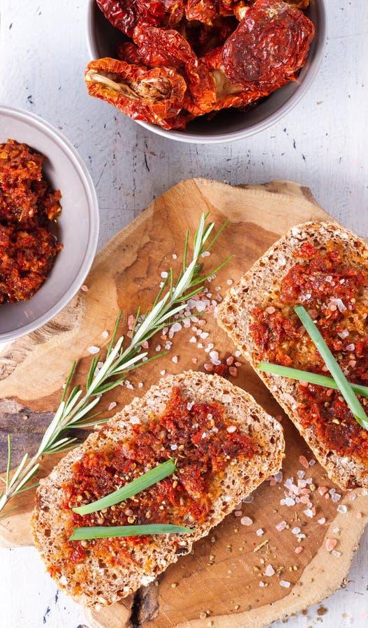 Pão com tomates e as ervas secados foto de stock royalty free