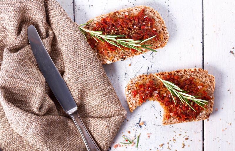 Pão com tomates e as ervas secados imagem de stock royalty free