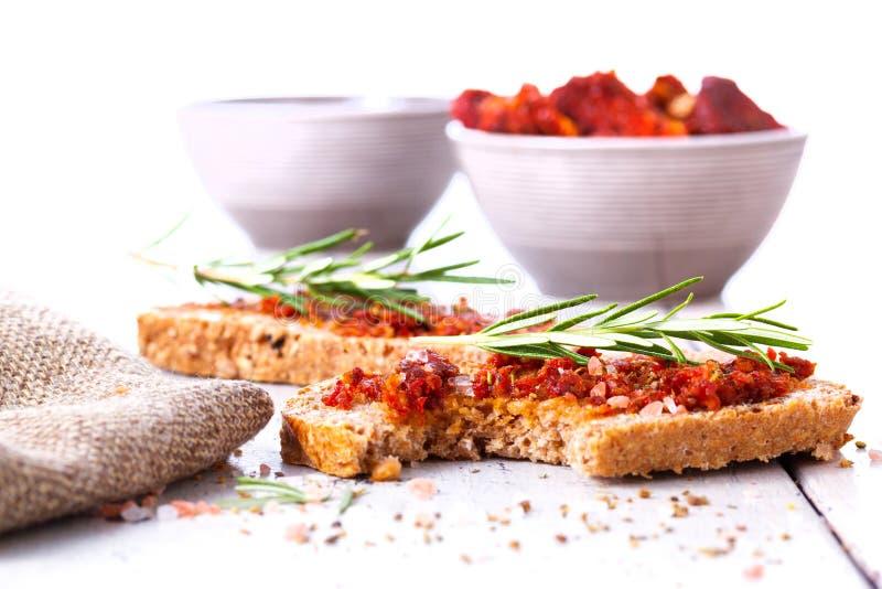 Pão com tomates e as ervas secados fotografia de stock