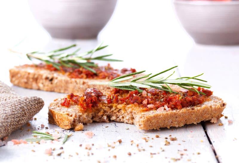 Pão com tomates e as ervas secados fotos de stock