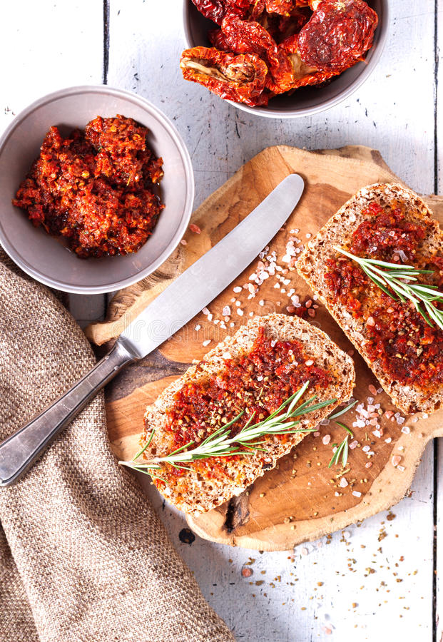 Pão com tomates e as ervas secados fotos de stock royalty free