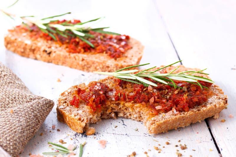 Pão com tomates e as ervas secados imagens de stock royalty free
