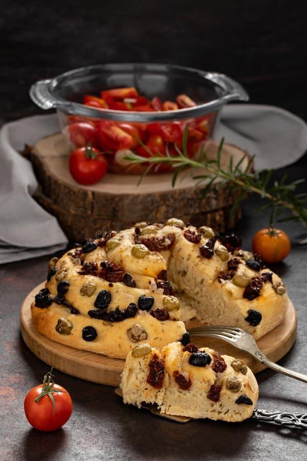 Pão com tomates e azeitonas secados foto de stock royalty free