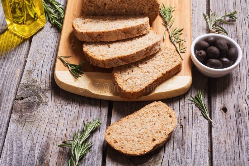 Pão cortado com azeitona imagem de stock royalty free
