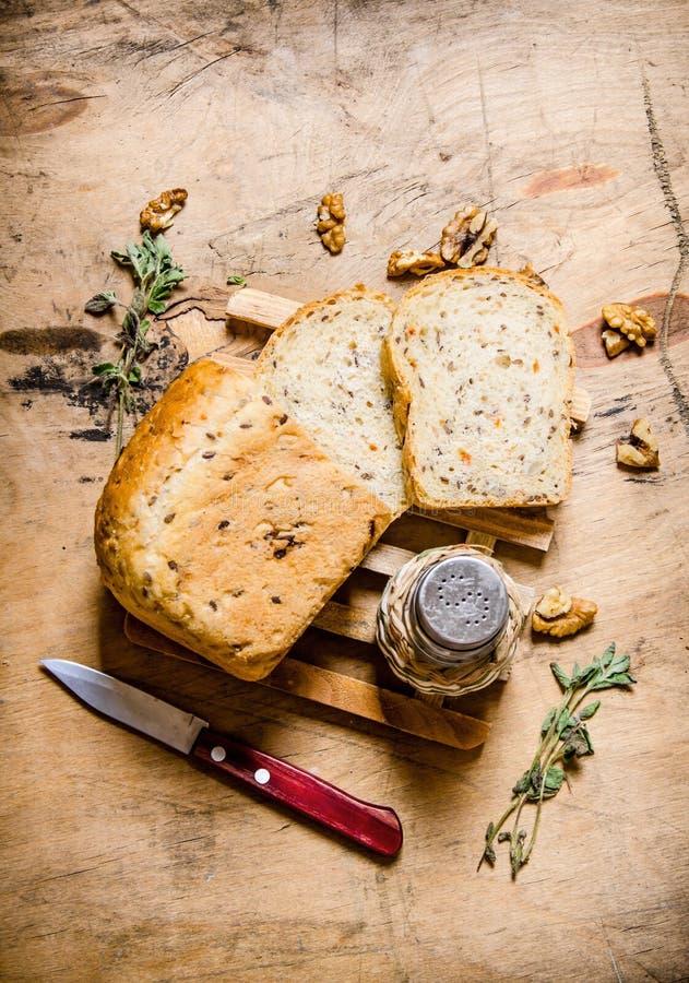 Pão cortado com sal e uma faca fotos de stock royalty free